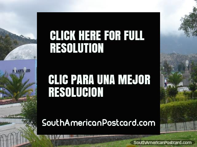 O Planetario e passarela de pedestres em Mitad do Mundo. (640x480px). Equador, América do Sul.