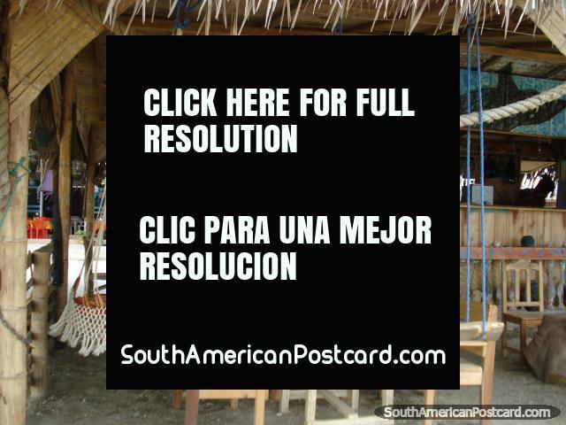 Cabaña de la playa en Puerto Lopez con hamacas, balancee asientos y mesas. (640x480px). Ecuador, Sudamerica.