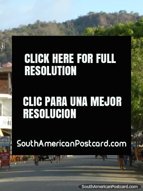La avenida central en Puerto Lopez tiene muchos restaurantes. (480x640px). Ecuador, Sudamerica.