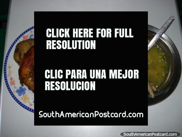 Jantar em Tulcan, sopa de pé de frango e uma refeição de salada de arroz de frango. (640x480px). Equador, América do Sul.