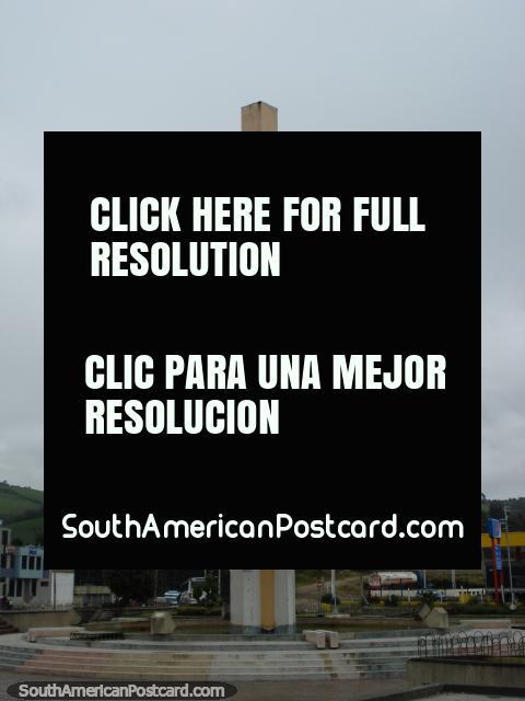 Monumento alguns km antes de Tulcan. (480x640px). Equador, América do Sul.