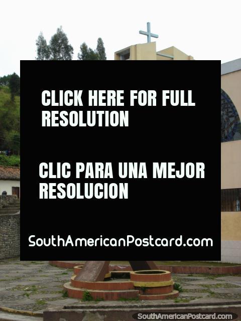 Pequeño hombre con arma, un monumento al lado de iglesia en Tulcan. (480x640px). Ecuador, Sudamerica.