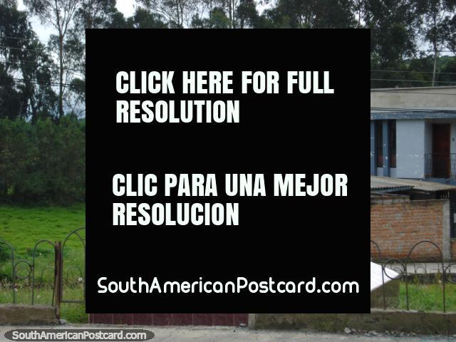 Uma estátua ao lado do caminho em Tulcan. (640x480px). Equador, América do Sul.