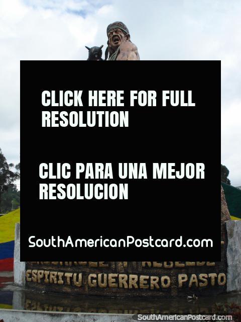Homem com monumento de clube em Tulcan. (480x640px). Equador, América do Sul.