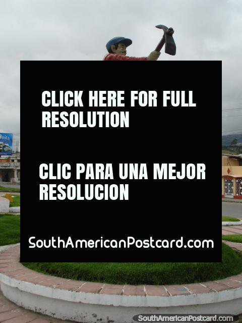 Homem com monumento de arado em Tulcan. (480x640px). Equador, América do Sul.