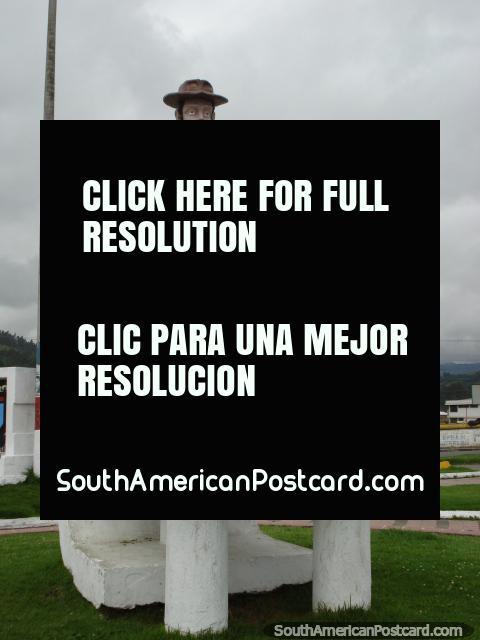 Homem com monumento de carrinho de mão em Tulcan. (480x640px). Equador, América do Sul.