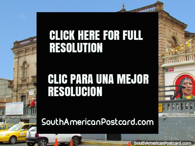 El museo de Cayambe, turista y ventanilla de información abajo, parque central. (640x480px). Ecuador, Sudamerica.