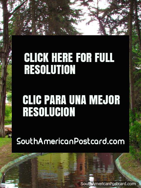 Canal e réplica de castelo em Parque Recreativo de Jipiro em Loja.  (480x640px). Equador, América do Sul.