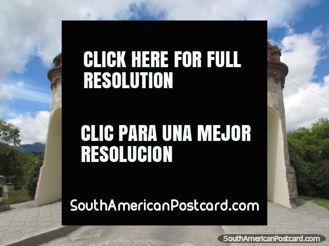 As portas de cidade, ponte e torre de relógio de Loja. (640x480px). Equador, América do Sul.