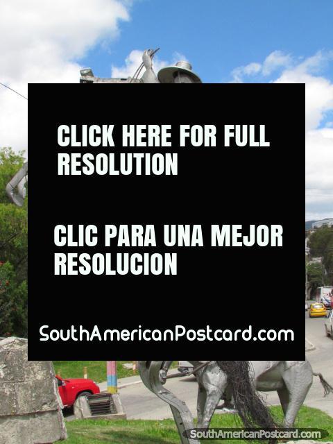 Monumento de 2 vaqueiros em cavalos em portas da cidade de Loja. (480x640px). Equador, América do Sul.