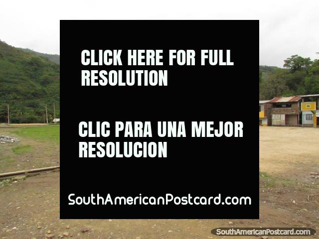 Casas y campo del fútbol en una ciudad al norte de Zumba. (640x480px). Ecuador, Sudamerica.