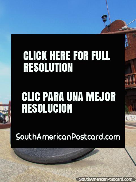 Grande âncora de barco preta no museu de forte em colina de Santa Ana, Guayaquil. (480x640px). Equador, América do Sul.