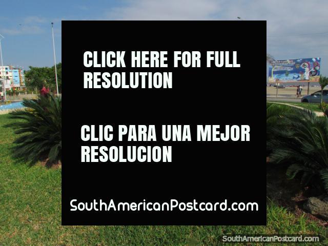Un monumento del velero a lo largo del bulevar detrás de Playa Tarqui en Manta. (640x480px). Ecuador, Sudamerica.