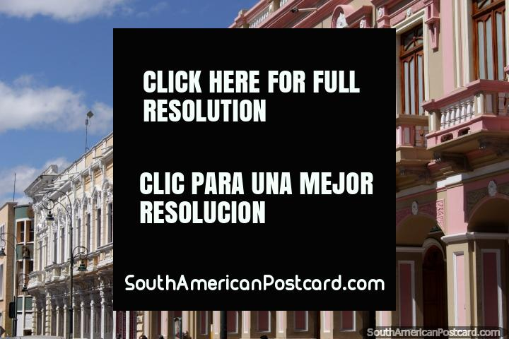 Edifïcios históricos rosa e brancos com fachadas bem tratadas junto de Sucre Parque em Riobamba. (720x480px). Equador, América do Sul.
