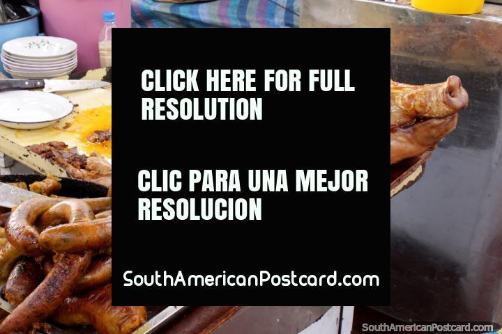 Carne de porco para comer no mercado San Alfonso em Riobamba. (720x480px). Equador, América do Sul.