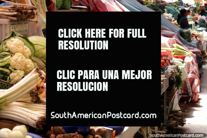 Verduras para la venta en el mercado de San Alfonso en Riobamba. (720x480px). Ecuador, Sudamerica.