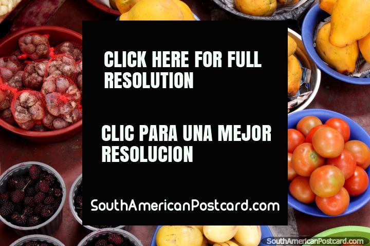Diversas frutas y hortalizas en contenedores en el mercado de San Alfonso en Riobamba. (720x480px). Ecuador, Sudamerica.