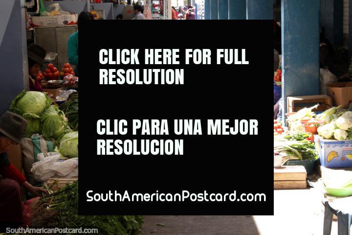 Un pasillo de verduras a la venta en el mercado de San Alfonso en Riobamba. (720x480px). Ecuador, Sudamerica.
