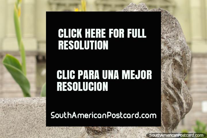 Los asientos de banco de piedra en la Plaza Sucre en Riobamba tienen leones en las esquinas. (720x480px). Ecuador, Sudamerica.