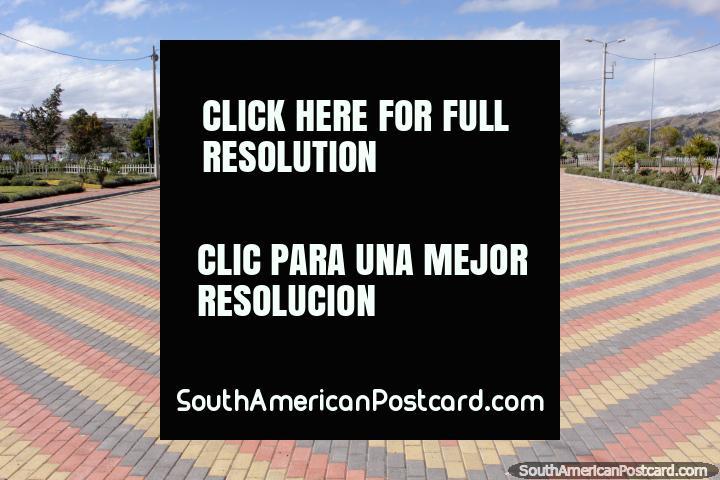 A grande praça pública aberta em Colta, junto da lagoa. (720x480px). Equador, América do Sul.
