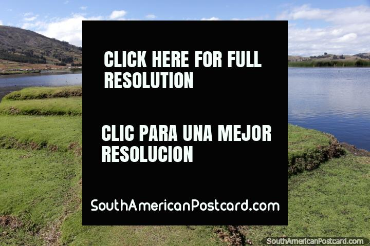 Visão da lagoa em Colta do fim do caminho de grama. (720x480px). Equador, América do Sul.