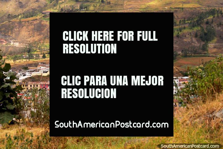 Primeiro vislumbre de Saint Peter na colina em Alausi, mas não o último. (720x480px). Equador, América do Sul.