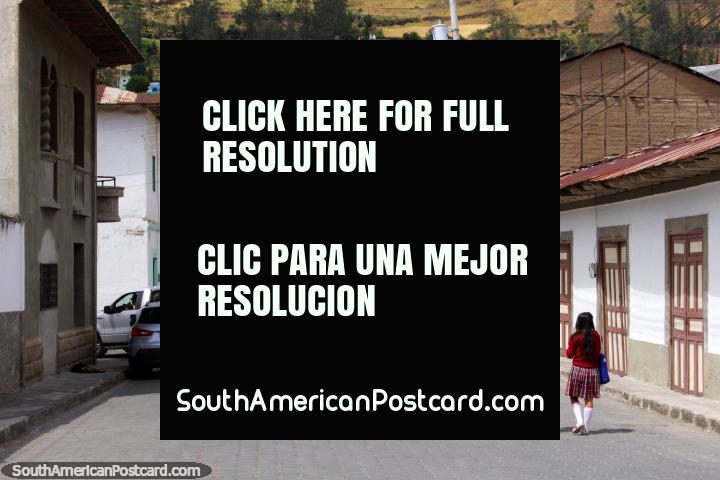 O rapaz e a menina andam em uma rua no centro da cidade de Alausi. (720x480px). Equador, América do Sul.