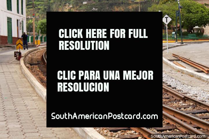 As carruagens de trem de madeira nas pistas abaixo de Alausi treinam a estação. (720x480px). Equador, América do Sul.