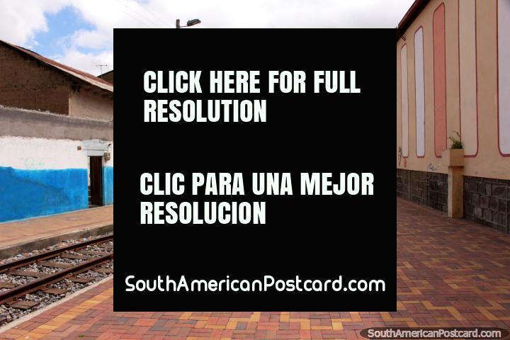 A área de marcha junto do trem segue a pista em uma rua em Alausi. (720x480px). Equador, América do Sul.