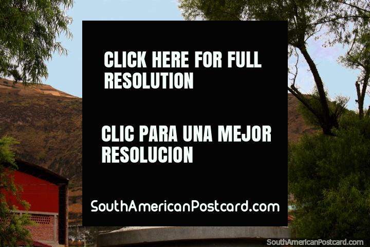 Parque das Mães em Alausi, estátua branca de mãe e filho. (720x480px). Equador, América do Sul.