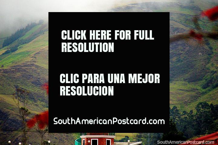 Monumento de Saint Peter em Alausi com um pouco de vermelhidão lançada em. (720x480px). Equador, América do Sul.