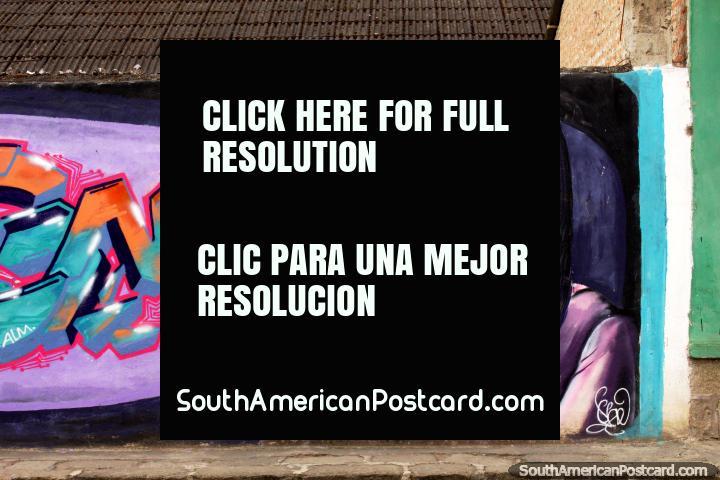 A bonita mulher mantém uma lanterna mágica, mural de rua em Alausi. (720x480px). Equador, América do Sul.