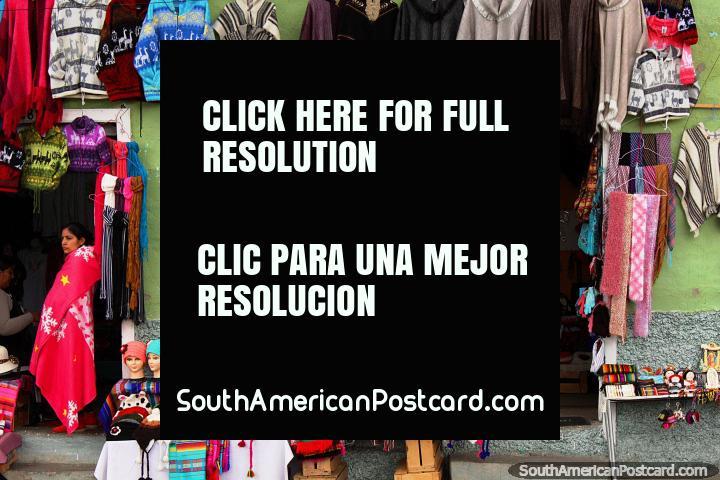 Uma loja que vende roupas quentes para as terras altas de Alausi. (720x480px). Equador, América do Sul.