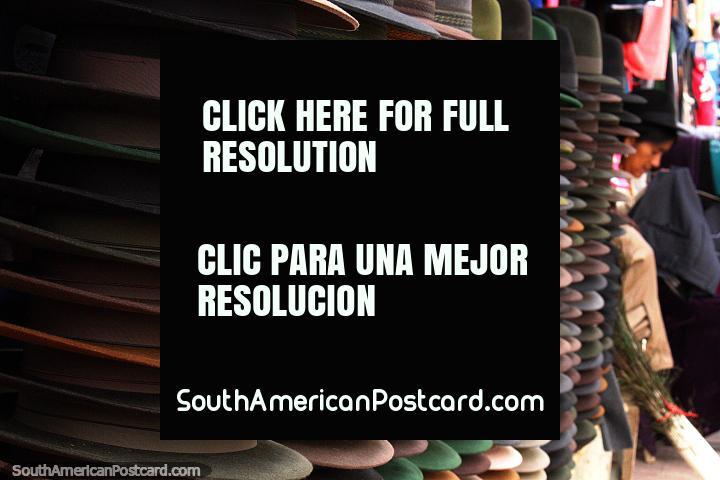 Pilhas e pilhas de chapéus de venda as mulheres quéchuas em Alausi. (720x480px). Equador, América do Sul.