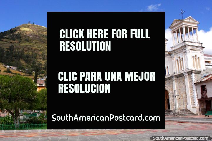 Parque 13 de Noviembre and Iglesia Matriz in Alausi, hills behind. (720x480px). Ecuador, South America.