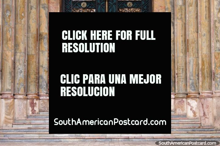 Las grandes puertas metálicas verdes de la catedral de Cuenca - Catedral Metropolitana. (720x480px). Ecuador, Sudamerica.