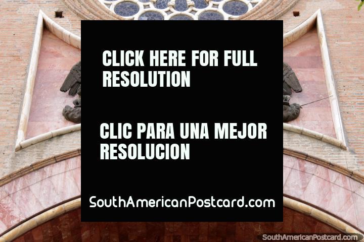 3 figuras de bronce por encima de la puerta de arco en la catedral de Cuenca - Catedral Metropolitana. (720x480px). Ecuador, Sudamerica.