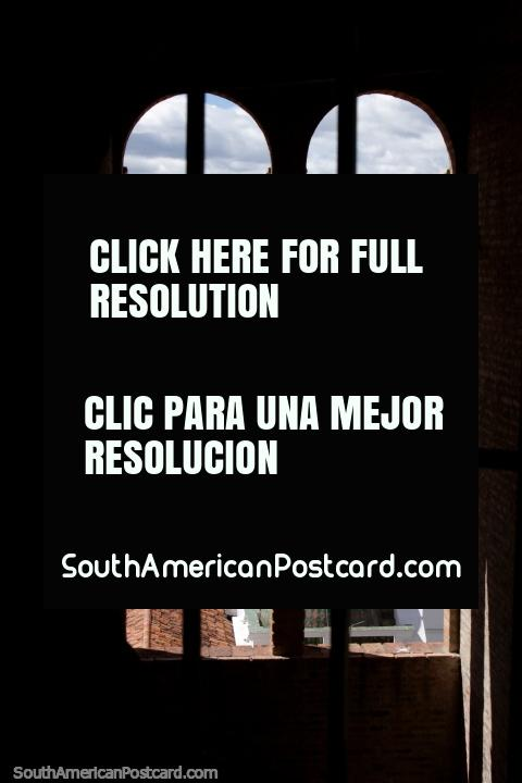 Vista de Cuenca a través de 2 ventanas de arco de la Catedral - Catedral Metropolitana. (480x720px). Ecuador, Sudamerica.