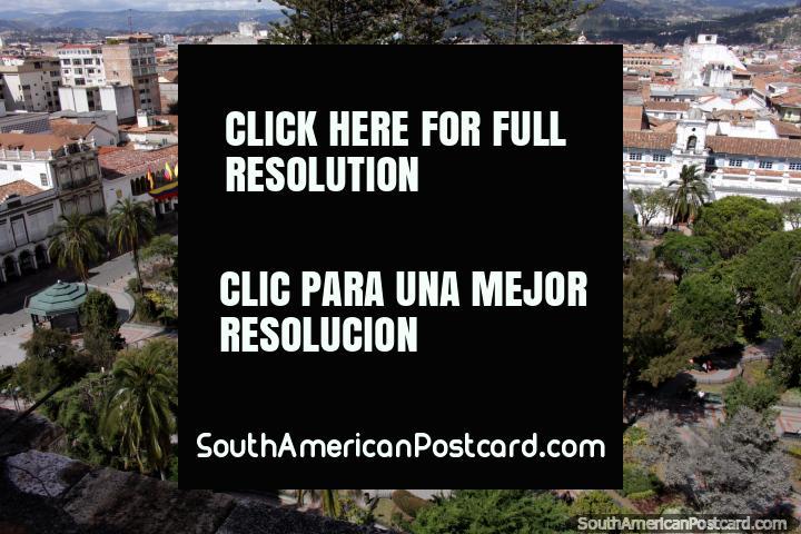 El parque central de Cuenca junto a la catedral - Parque Abdón Calderón. (720x480px). Ecuador, Sudamerica.