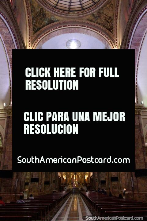 Dentro da catedral em Cuenca - Catedral Metropolitana. (480x720px). Equador, América do Sul.
