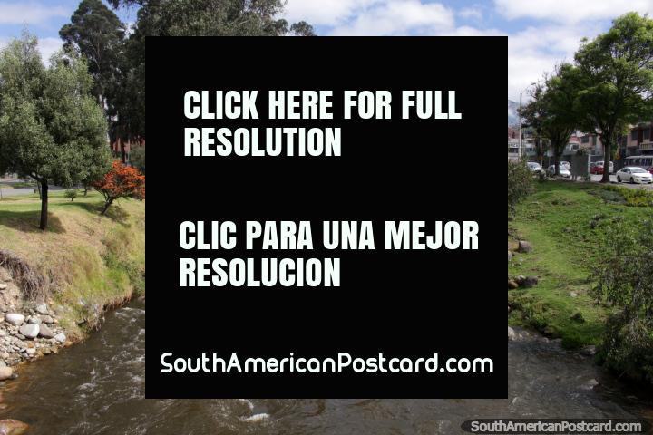 Un río en el otro lado de la ciudad desde el Parque de la Madre en Cuenca. (720x480px). Ecuador, Sudamerica.