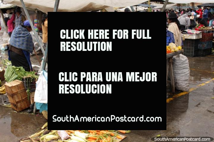 Praça Gran Colombia em Saquisili tem uma mistura de produzem, roupa, sapatos e cozinha cookups. (720x480px). Equador, América do Sul.