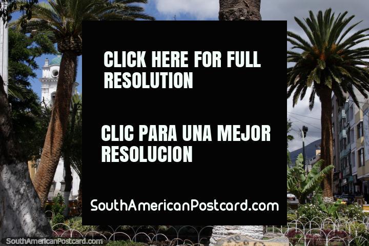 O parque central e igreja de Machachi em um dia cheio de sol. (720x480px). Equador, América do Sul.