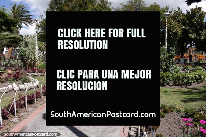 Parque central e jardins em Machachi. (720x480px). Equador, América do Sul.