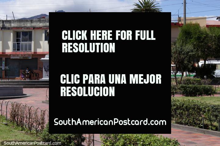 Uma praça pública com uma estátua em Machachi. (720x480px). Equador, América do Sul.