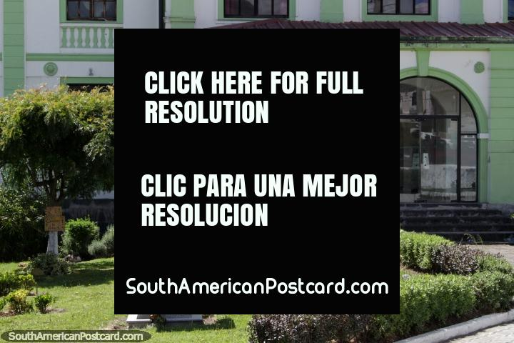 O Colégio Nacional de Machachi, edifïcio histórico e busto de Hernan Mancheno Caicedo. (720x480px). Equador, América do Sul.