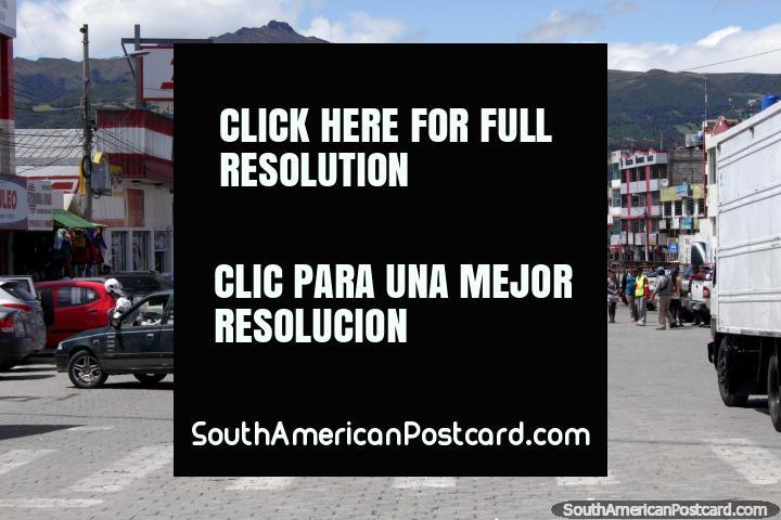 A rua principal de Machachi com montanhas atrás. (720x480px). Equador, América do Sul.