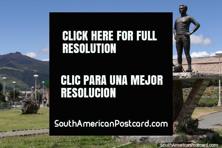 Eduardo Orquera Saragosin e Cesar Calvachi Vinueza, 2 jogadores de futebol famosos, estátuas em Machachi. (720x480px). Equador, América do Sul.