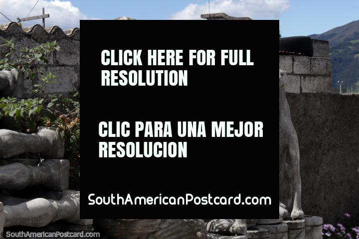 3 gatos concretos, obras de cantaria em Machachi junto da estrada. (720x480px). Equador, América do Sul.