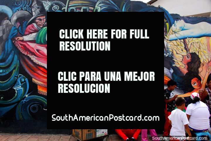Bailarines en traje tradicional, arte callejero en color en Ibarra. (720x480px). Ecuador, Sudamerica.